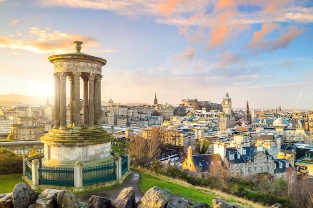 Прекрасный вид на старый город эдинбурга.