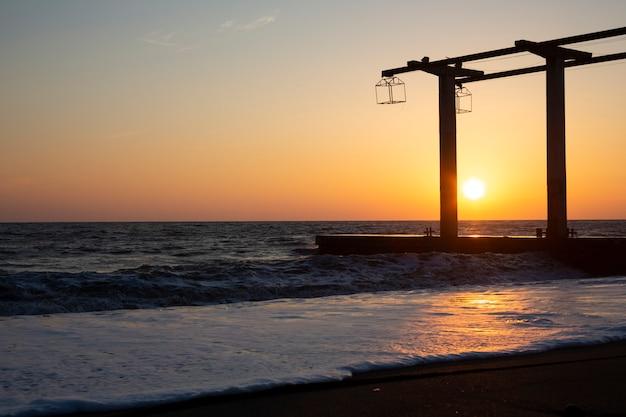 Прекрасный вид на панораму и море на закате, летний вечер на берегу океана