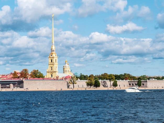 サンクトペテルブルクのネヴァ川から白いヨットでペトロパヴロフ要塞の美しい景色。