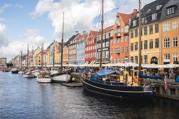 Прекрасный вид на порт и красочные здания, захваченные в копенгагене, дания