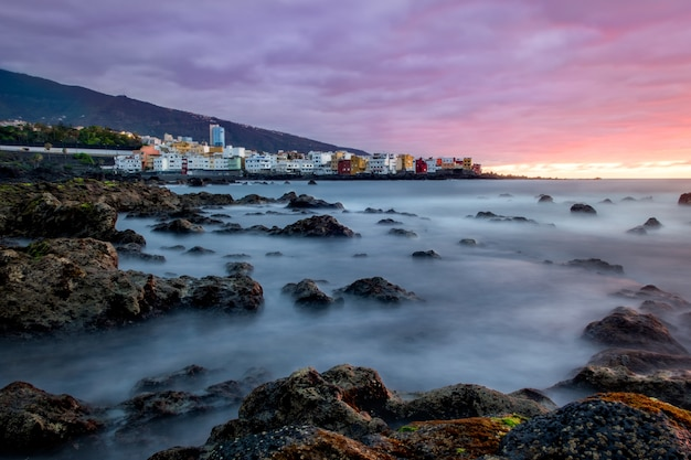 Прекрасный вид на пуэрто де ла крус, канарские острова на закате