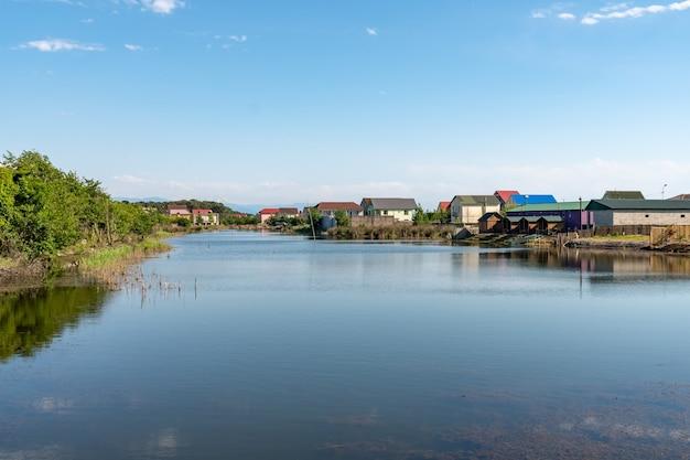 ジョージア州グリゴレティ村の風景の中の川の美しい景色