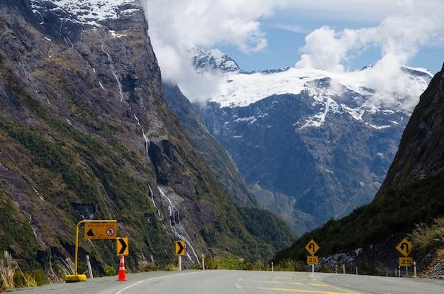 Прекрасный вид на дорогу, ведущую к милфорд-саунд в новой зеландии.