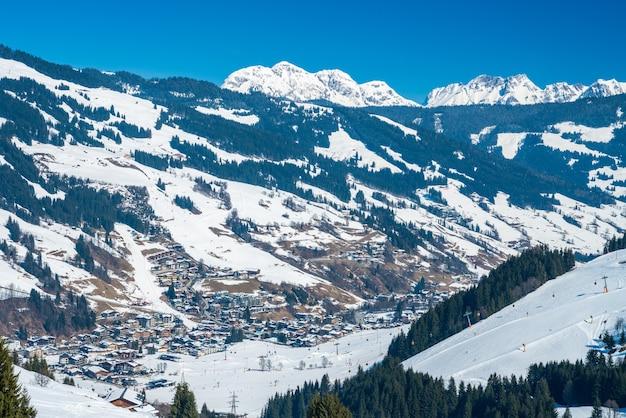 겨울철 saalbach 스키 리조트의 아름다운 전망