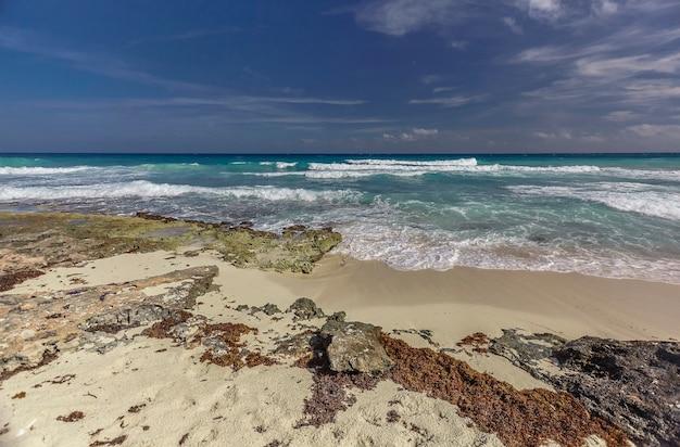Прекрасный вид на море с одного из пляжей исла-мухерес в мексике.