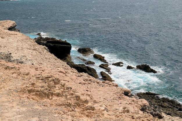 Прекрасный вид на море с вершины скалы на фуэртевентуре
