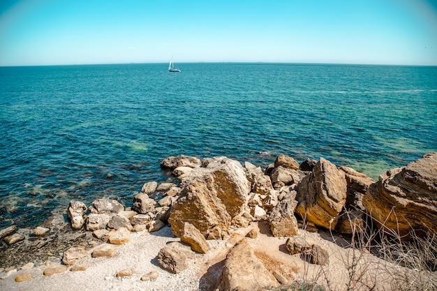 정상에서 바다의 아름다운 전망