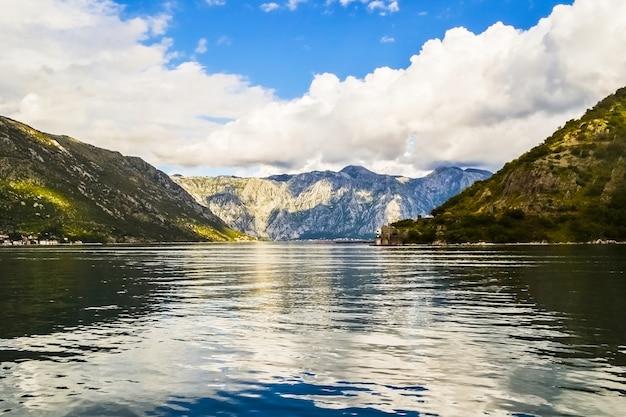 보카 코토르스카 베이 몬테네그로 마운틴 뷰의 바다 산과 푸른 하늘의 아름다운 전망 ...
