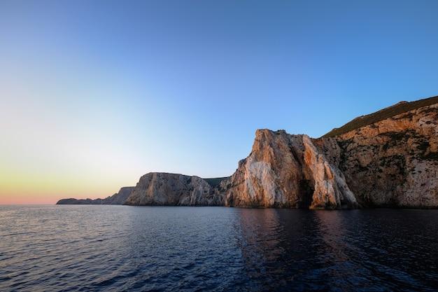 平和な日の海の美しい景色