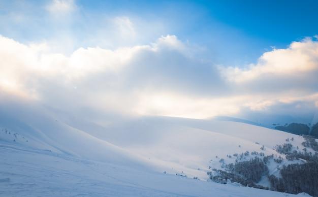 맑은 겨울 저녁에 스키 슬로프의 아름다운 전망, 깨끗한 유럽 스키 리조트에서 휴식의 개념