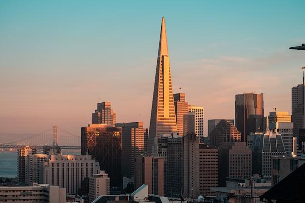 サンフランシスコ、カリフォルニアの曇った青い空に対する高層ビルの美しい景色