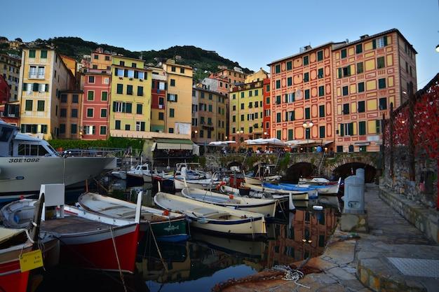 바다가 내려다보이는 다채로운 집들이 있는 카모글리(camogli)의 작은 항구의 아름다운 전망