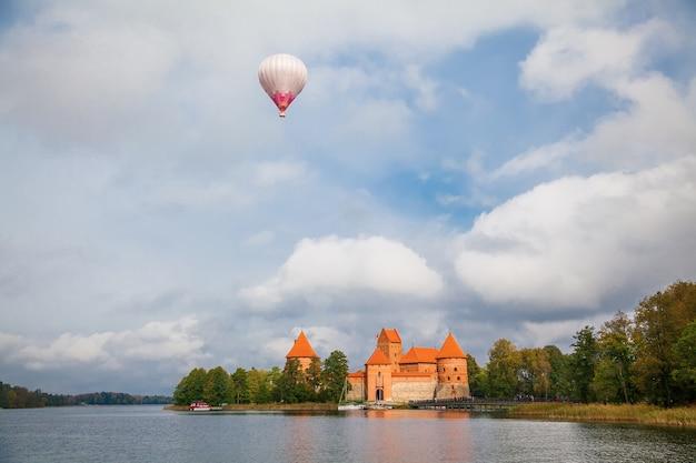 Прекрасный вид на тракайский островной замок, расположенный в тракай, литва, на острове в озере гальве.