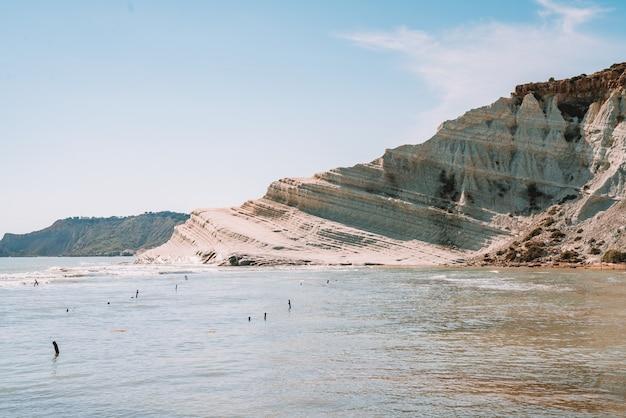 Прекрасный вид на лестницу из белого утеса, известную как скала деи турки в реальмонте, сицилия, италия