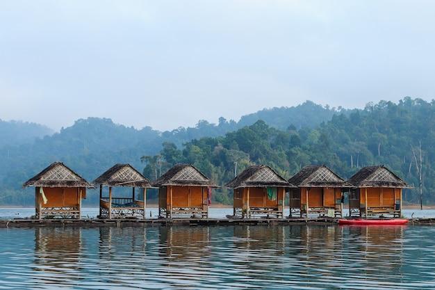 タイでキャプチャされた海の上の木製の小屋の美しい景色