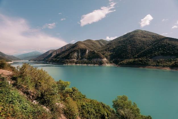 Прекрасный вид на жинвальское водохранилище, грузия.