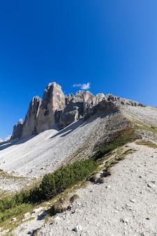 Прекрасный вид на тре чиме ди лаваредо. южный тироль, италия (вертикальное фото)