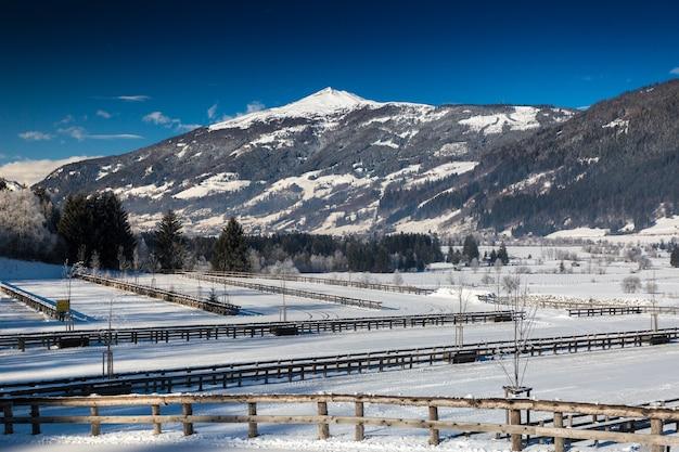 오스트리아 알프스의 산기슭에 울타리가있는 계곡의 아름다운 전망