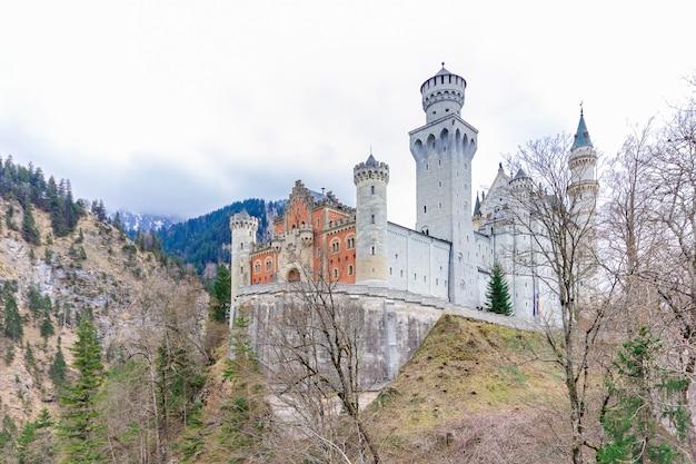 世界的に有名なノイシュヴァンシュタイン城の美しい景色。ルートヴィヒ2世のために建てられた19世紀のロマネスク様式の復興宮殿。ドイツ、バイエルン州南西部のフュッセン近くの険しい崖の上に建てられました。