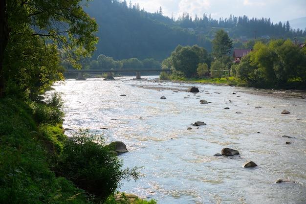 Прекрасный вид на горы. быстрая река и чистое небо. удивительный пейзаж. концепция путешествия. тенденции страсти к путешествиям.