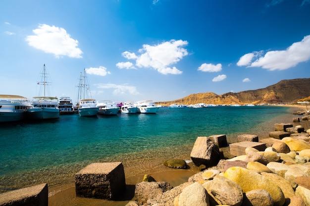船のある海軍港の美しい景色