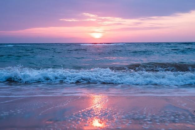 Прекрасный вид на море с приближающимися волнами прибоя unsed закатное небо. отражение солнечного света в воде и песке на пляже. андаманские и никобарские острова, индия. нил, хэвлок. драматический вид облачного неба.