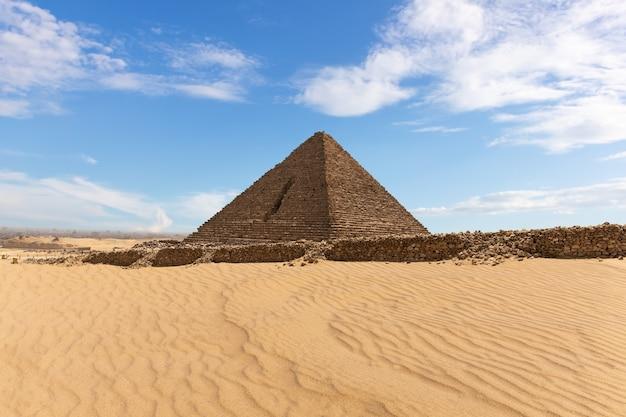 ギザの砂漠にあるメンカウラーのピラミッドの美しい景色。