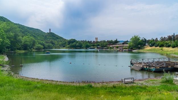 ジョージア州トビリシのタートル湖の美しい景色