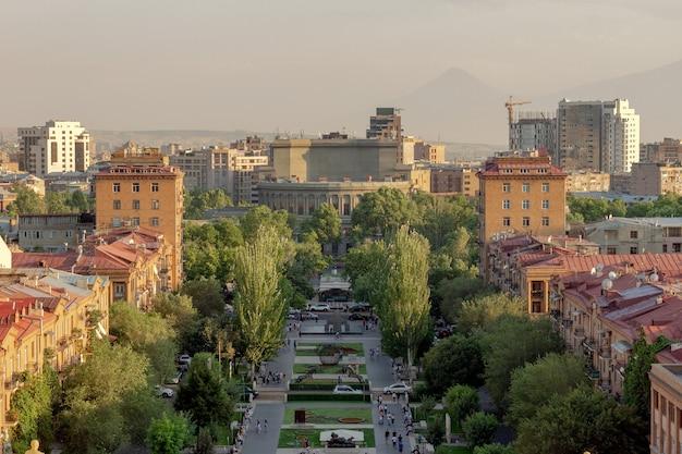Bella vista del teatro dell'opera e della cascata a yerevan, armenia