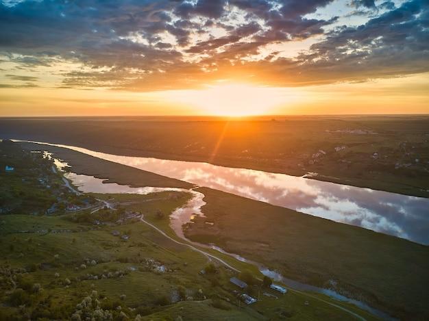 日の出の川の美しい景色。