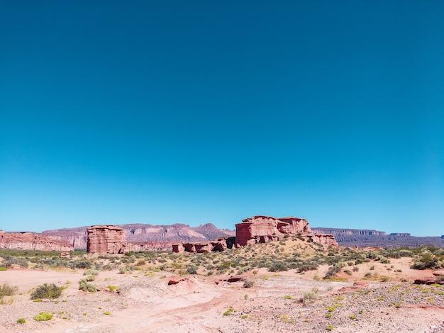 Bella vista del canyon dell'arcobaleno e della città perduta nel parco nazionale di talampaya, la rioja, argentina