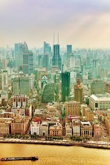Прекрасный вид на небоскребы, набережную и городское здание пудун, шанхай, китай.