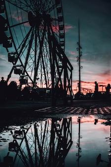 Bella vista di una ruota panoramica alta a marsiglia, francia la sera