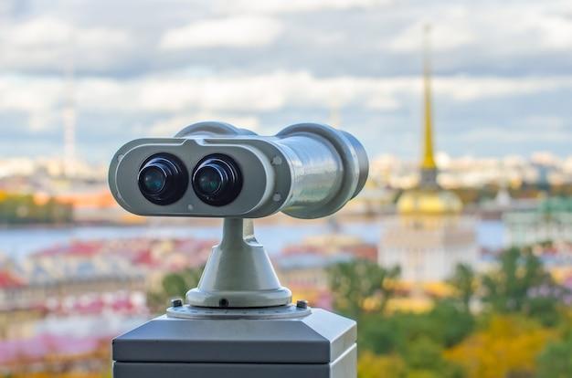 ロシア、サンクトペテルブルクの双眼鏡にあるアイザック大聖堂からの提督とピーター-パベルの要塞の尖塔の美しい景色。