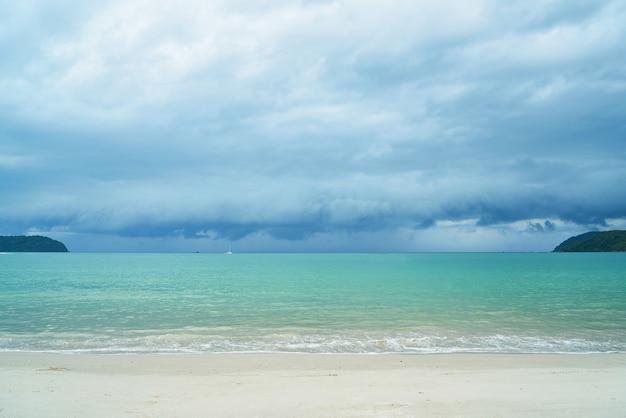 Красивый вид с облачным небом и морем с пляжа