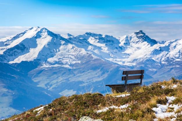 Прекрасный вид с одинокой скамейки на вершине горнолыжного курорта майрхофен