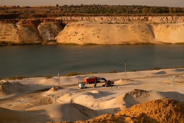 Прекрасный вид на карьер с песком.