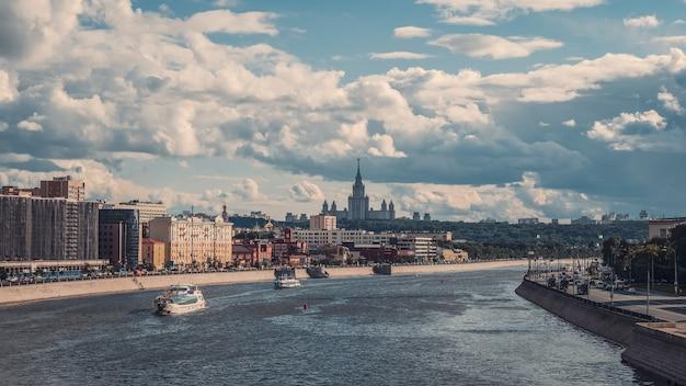 すずめの丘の上のモスクワの美しい景色。