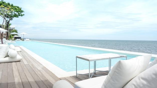 Прекрасный вид на бассейн на пляже с сосной