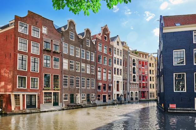 거리의 아름다운 전망 암스테르담의 고대 건물 사람들 제방