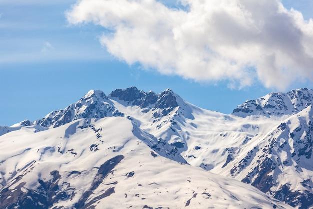 ジョージア州の高山地帯、スヴァネティ山脈の美しい景色 Premium写真