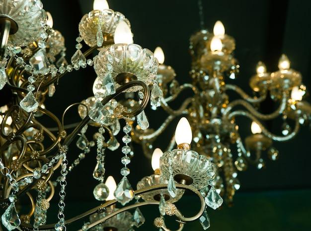 部屋の美しいヴィンテージクリスタルシャンデリア、ゴールデントーン。