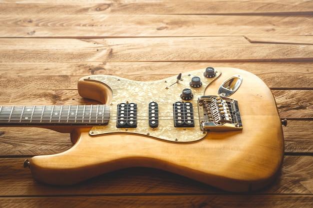 茶色の木製のテーブルに美しいヴィンテージのエレクトリックギター