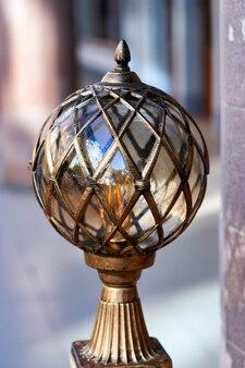 Красивый старинный уличный фонарь на улице санкт-петербурга. исторические достопримечательности города
