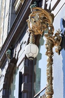 Красивый старинный уличный фонарь на улице санкт-петербурга