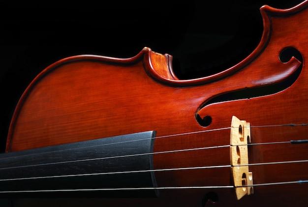 黒の背景に美しいバイオリンのクローズアップ
