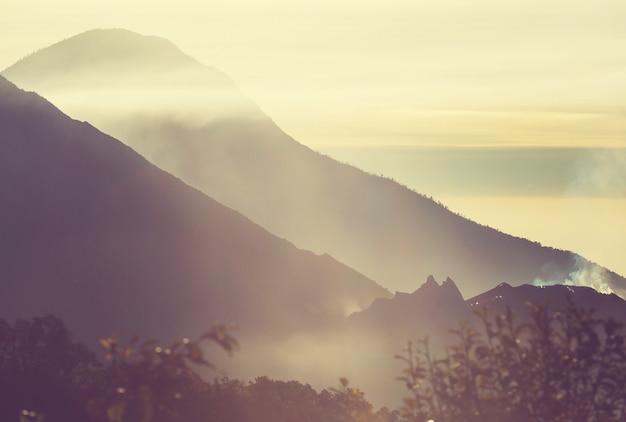 中央アメリカ、グアテマラの美しい火山の風景