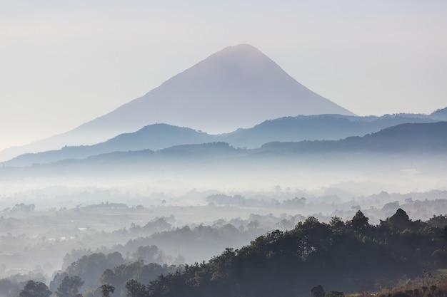 Красивые пейзажи вулканов в гватемале, центральная америка