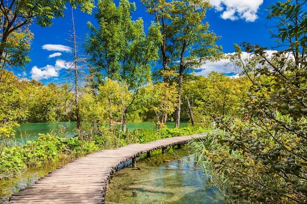Красивая пешеходная дорожка через озеро в национальном парке плитвицкие озера, хорватия