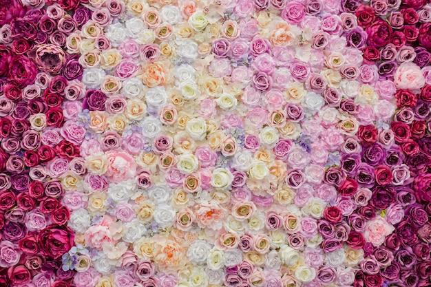 장미로 장식 된 아름다운 벽